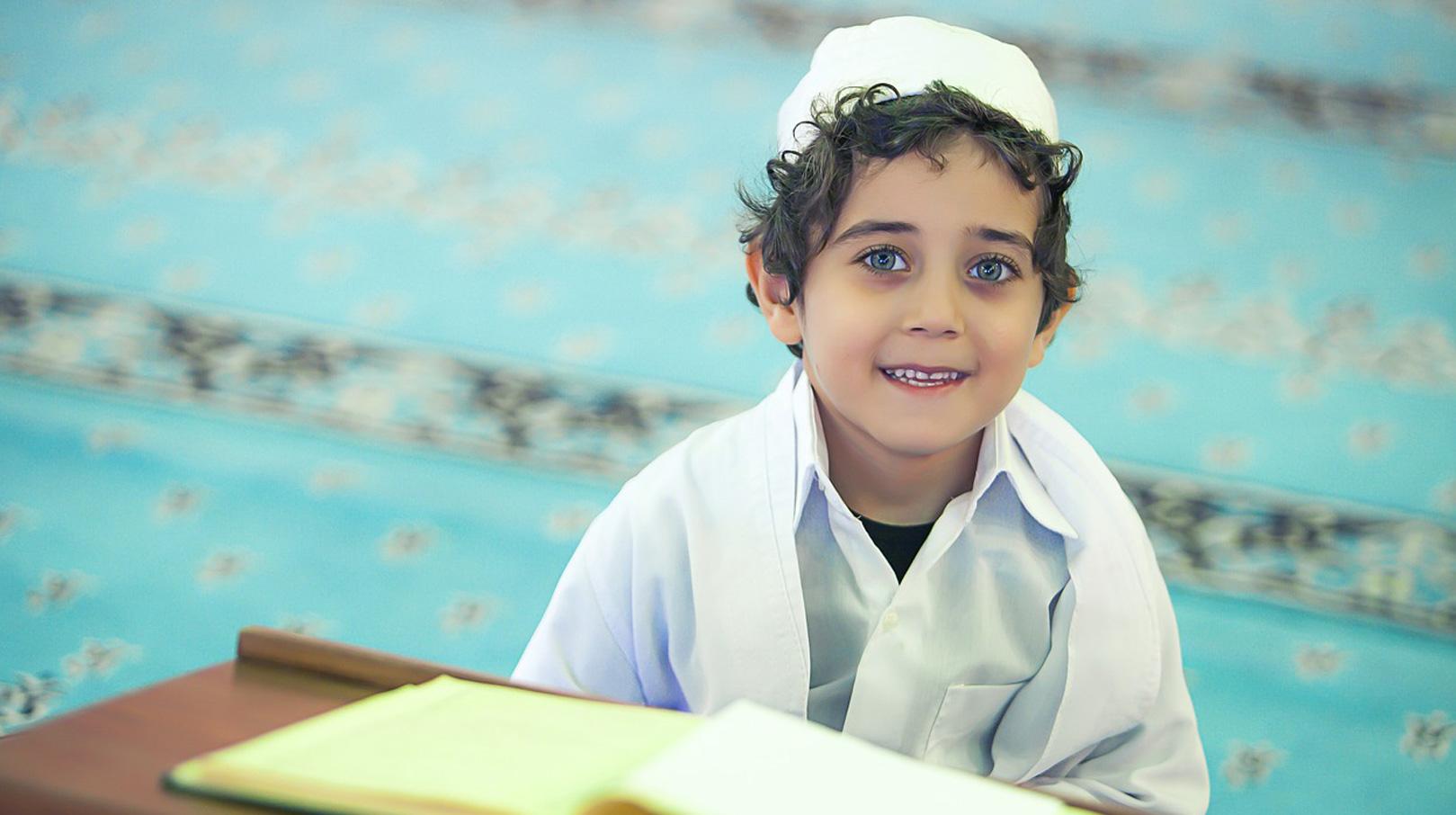 Schüler sitzt im islamischen Religionsunterricht
